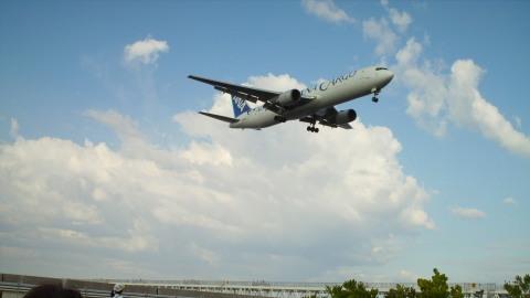 KIXのRWY24Lに進入するANAカーゴ機