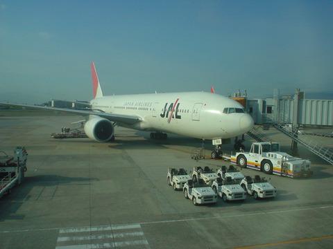 出発を待つJAL110便 JA8983