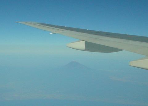 富士山の周りには雲がありません