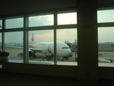 出発を待つJAL324便 JA8984 エコジェット
