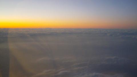 振り返るように見る機窓の黄昏