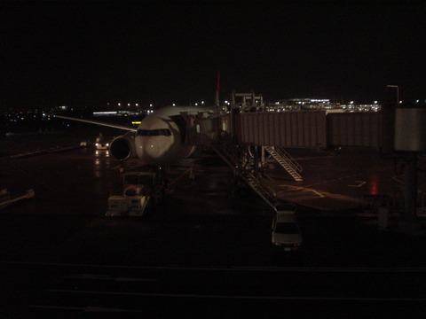 出発を待つJAL137便 JA8977