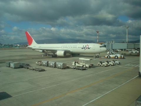 出発を待つJAL112便 JA8988