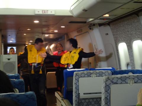 非常口座席の乗客が脱出の援助を担います