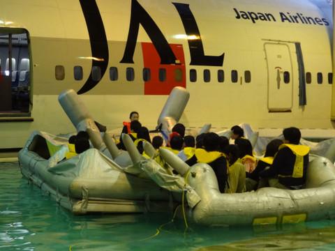機内から救難ボートへ乗り移り、機体から切り離されます。