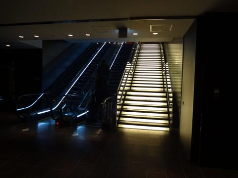 サクララウンジのエントランスに向かう階段