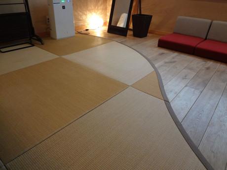 S字曲線で見切られた正方半畳とフローリング