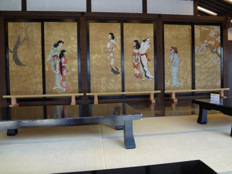 古の人々の様子を描いた金色の襖絵