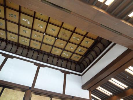 種々の花が描かれている天井絵