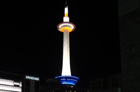 こんなに間近に夜の京都タワーを見るのは、いつからか・・・