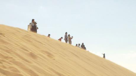 風に飛ばされた砂で煙る砂丘の頂上