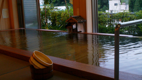 檜の湯船に畳敷きの洗い場