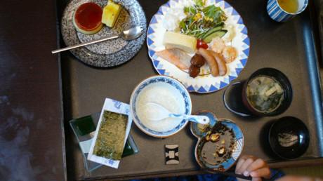 おとな料理から獲得した粥と湯豆腐の器も写ってしまいました