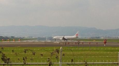 離陸のためにRWY32Lに進入するJAL機