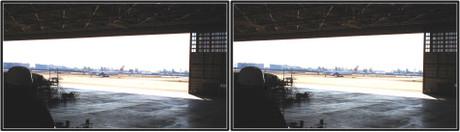 大きく開いた扉の向こうでは飛行機がタキシング中(平行法用立体画像)