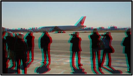 D滑走路に向かうJAL機を狙うブロガーさん達(赤青めがね用立体画像)