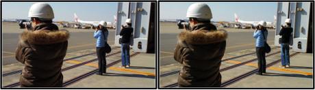 着陸機を望遠で狙うブロガーさん達(平行法用立体画像)