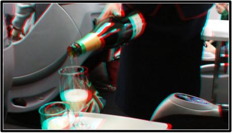 ウェルカムドリンクのシャンパンが注がれます(赤青めがね用立体画像)