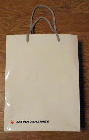 この紙バッグに注がれるJALスタッフの視線はうれしいです