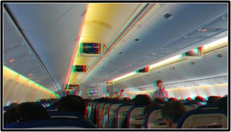 ドリンクサービス中の機内の様子(赤青メガネ用立体画像)