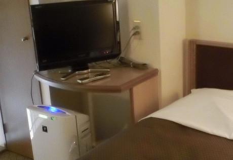 上の階の空気清浄器はベッドサイドに