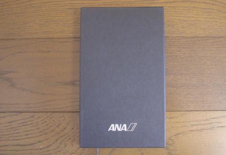 箔押しのロゴの黒い箱です