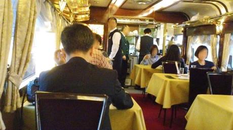 列車食堂は満席で、途中から相席になりました。