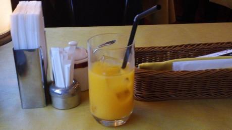 まずはオレンジジュースで喉を潤します