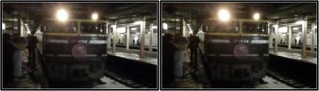 機関車付近は撮影する乗客でいっぱいです(平行法用立体画像)