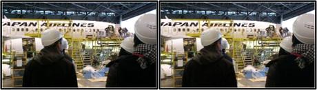 格納庫で整備中の飛行機を見学(平行法用立体画像)