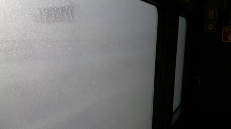 凍てつく窓の外には濛々と巻き上がる雪煙