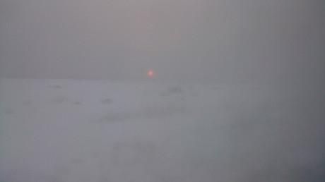 幻想的な雪霞みの日の出