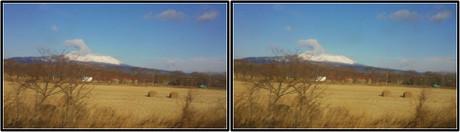 牧場のバックに雄大にそびえる樽前山(平行法用立体画像)