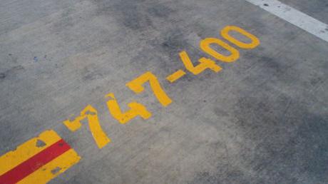 この停止位置表示は、こういう時のために書いてあったのです。(2014年2月22日JAL見学会で撮影 昨年JAL許可済の写真です)