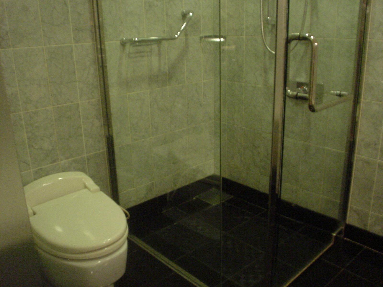 シャワーブースは狭いです