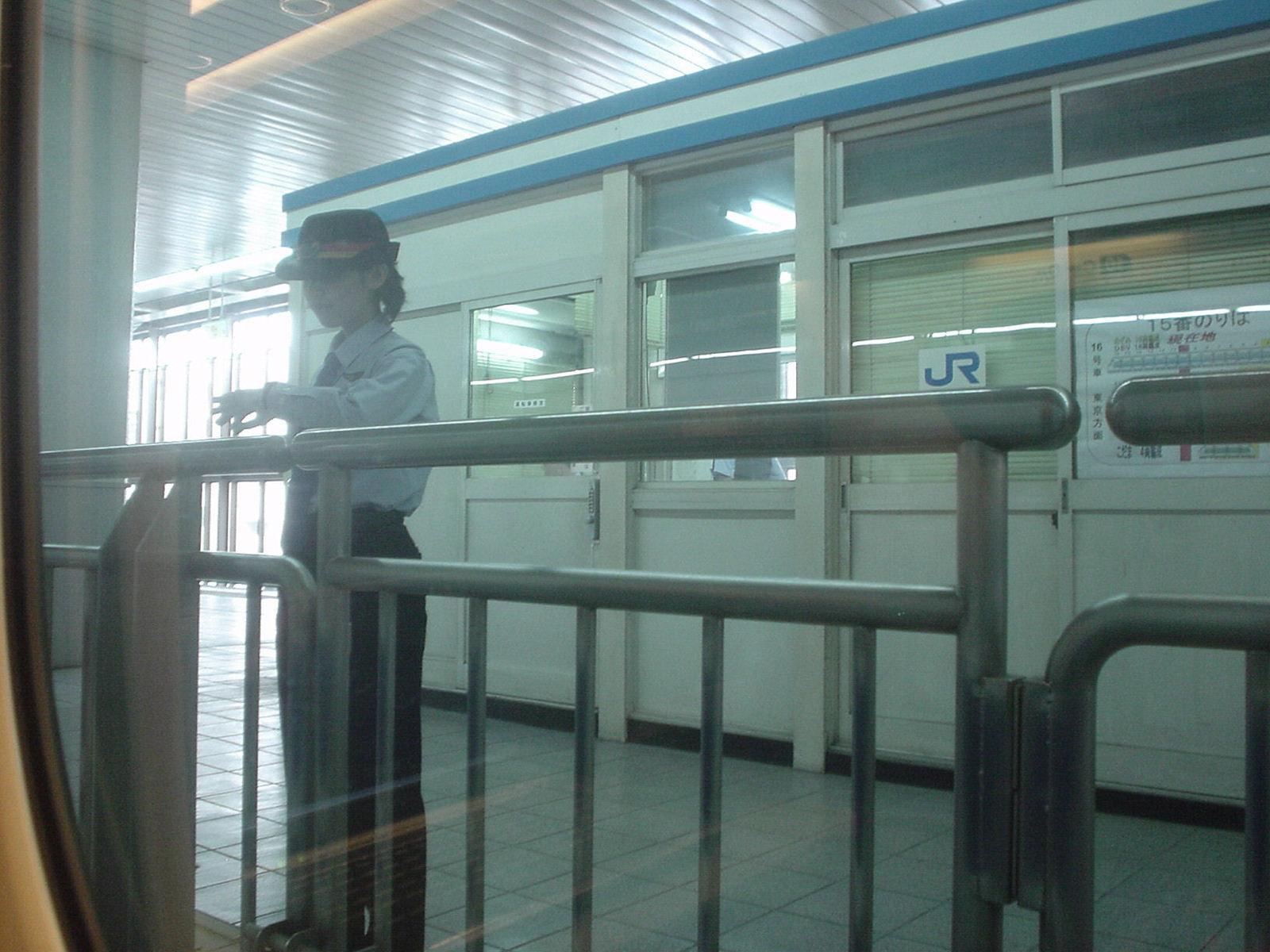 発車時刻を確認する女性