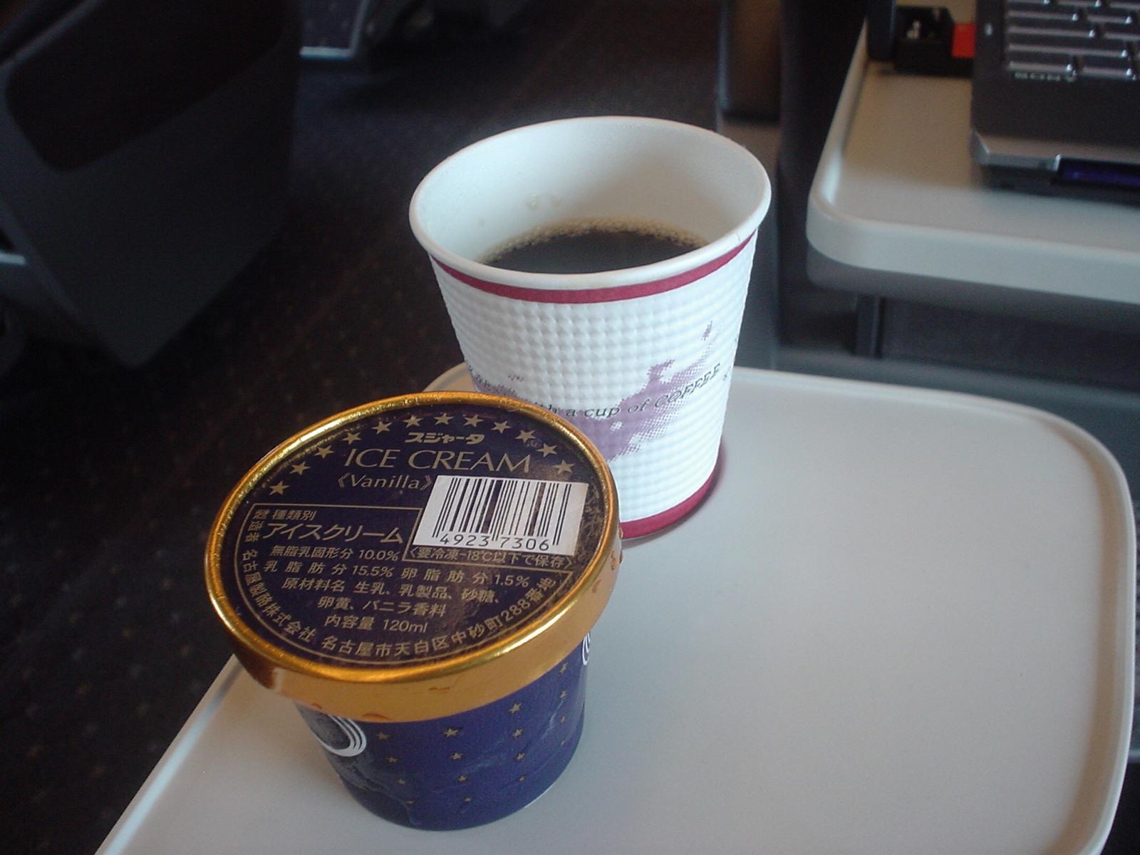 アイスクリームとコーヒーを買いました。