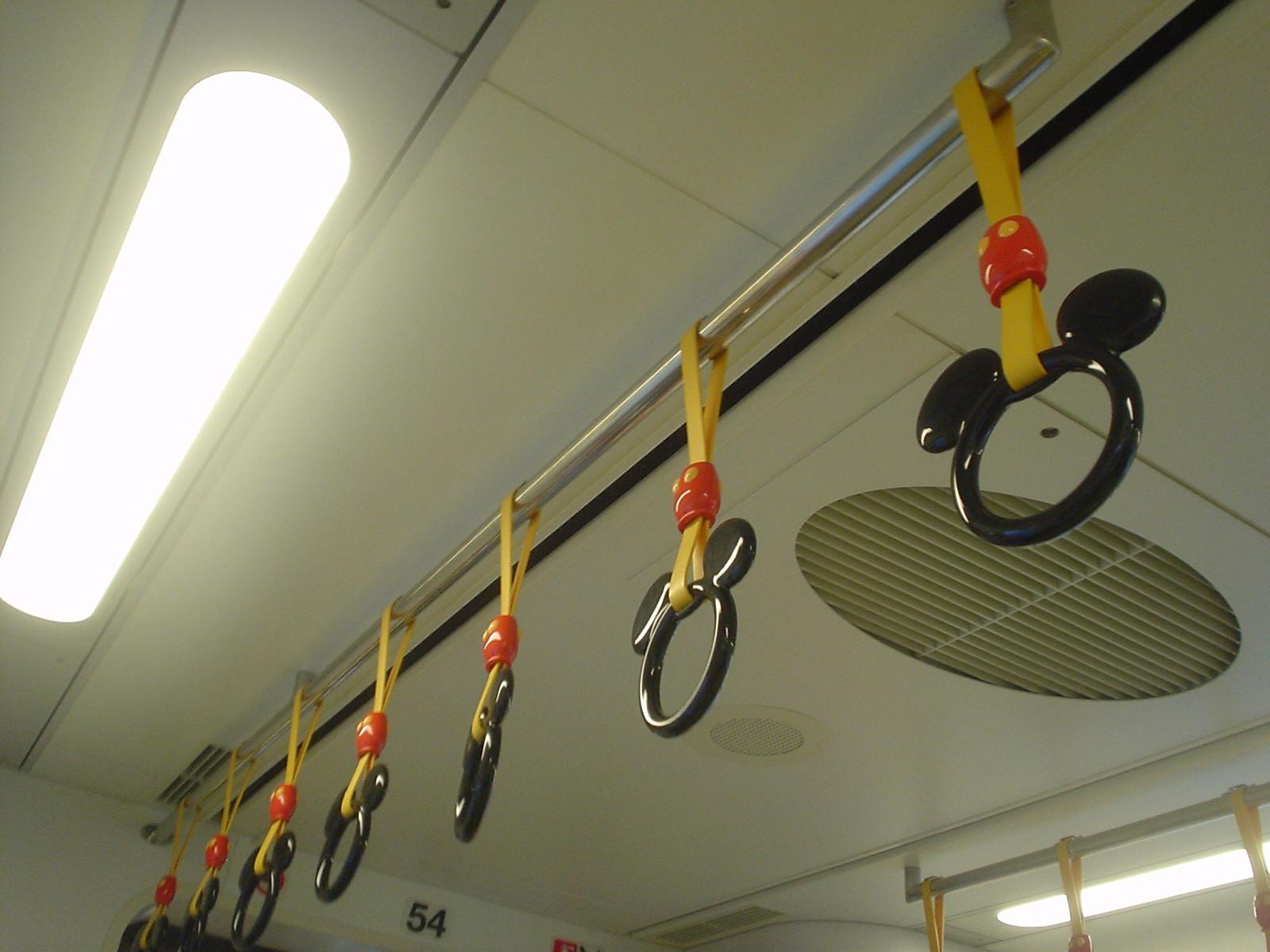 吊革の形はミッキーです