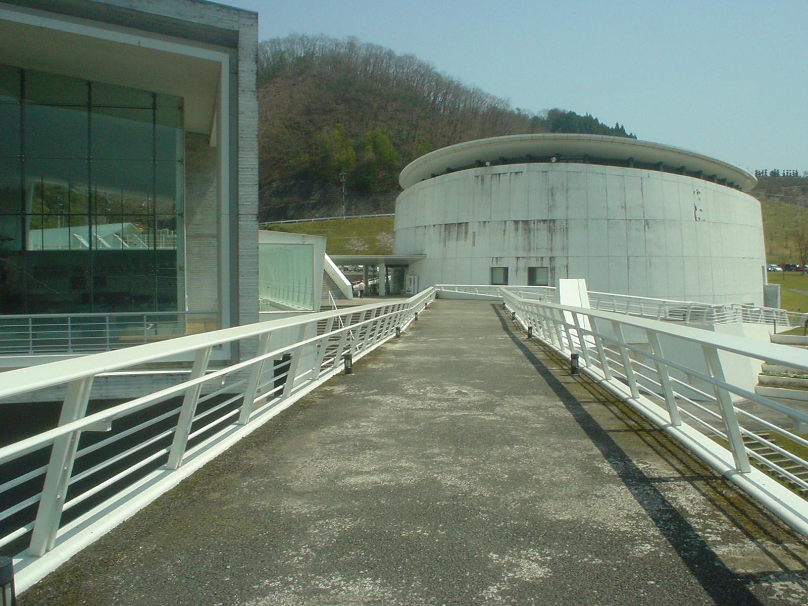 正面右側が体育館で、左側が温水プールとひよし温泉です。