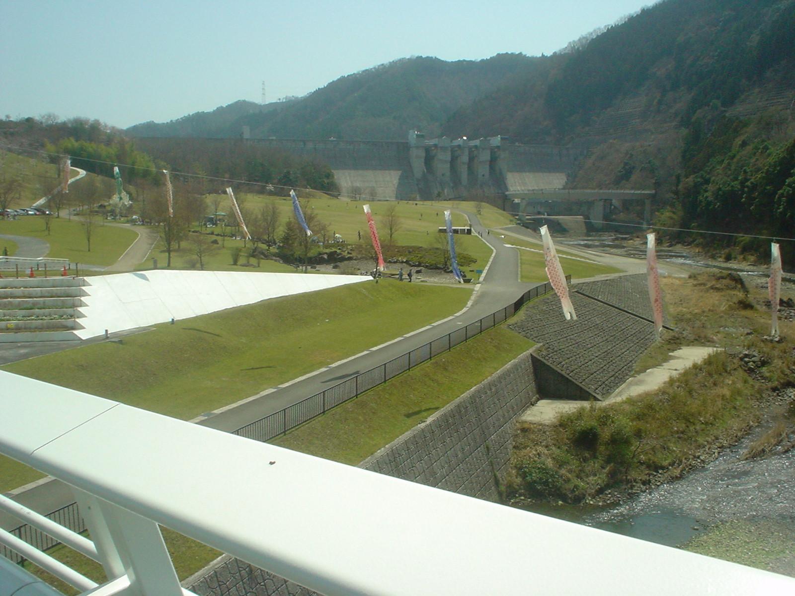 目の前には大きな日吉ダムがあります