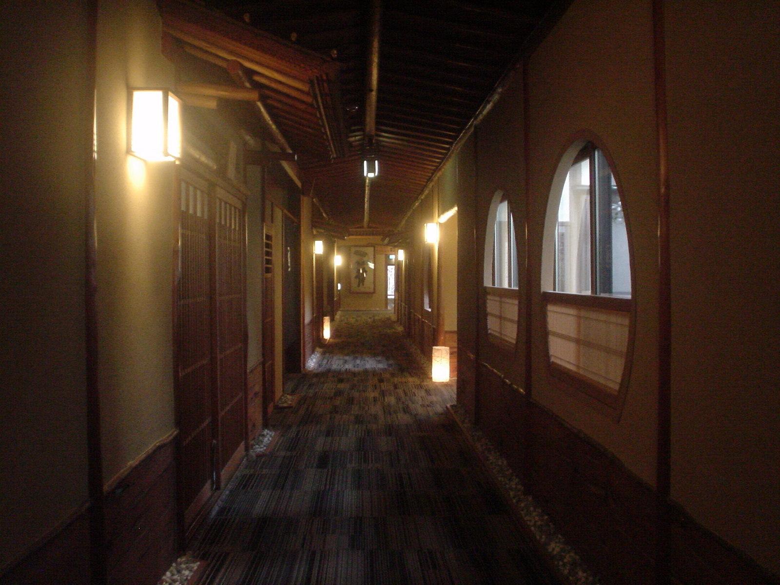 いくつもの離れ部屋が廊下で繋がっています