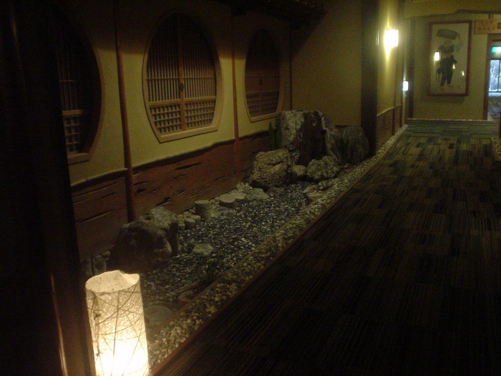 食事個室へ向かう途中の廊下にも庭がありました