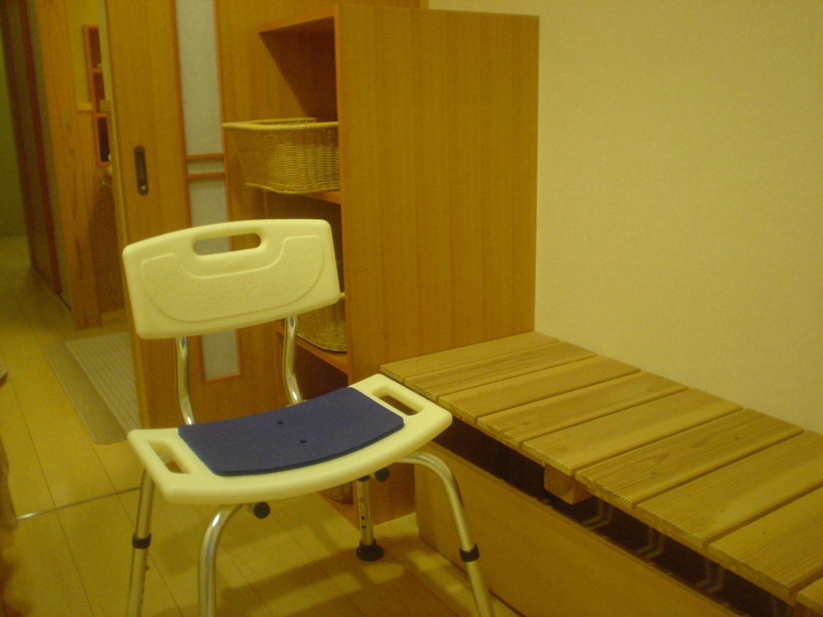 広い脱衣場には入浴用の椅子も準備