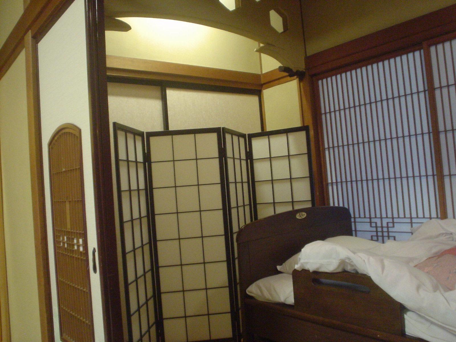 和室に置かれたベッドはバリアフリーのため