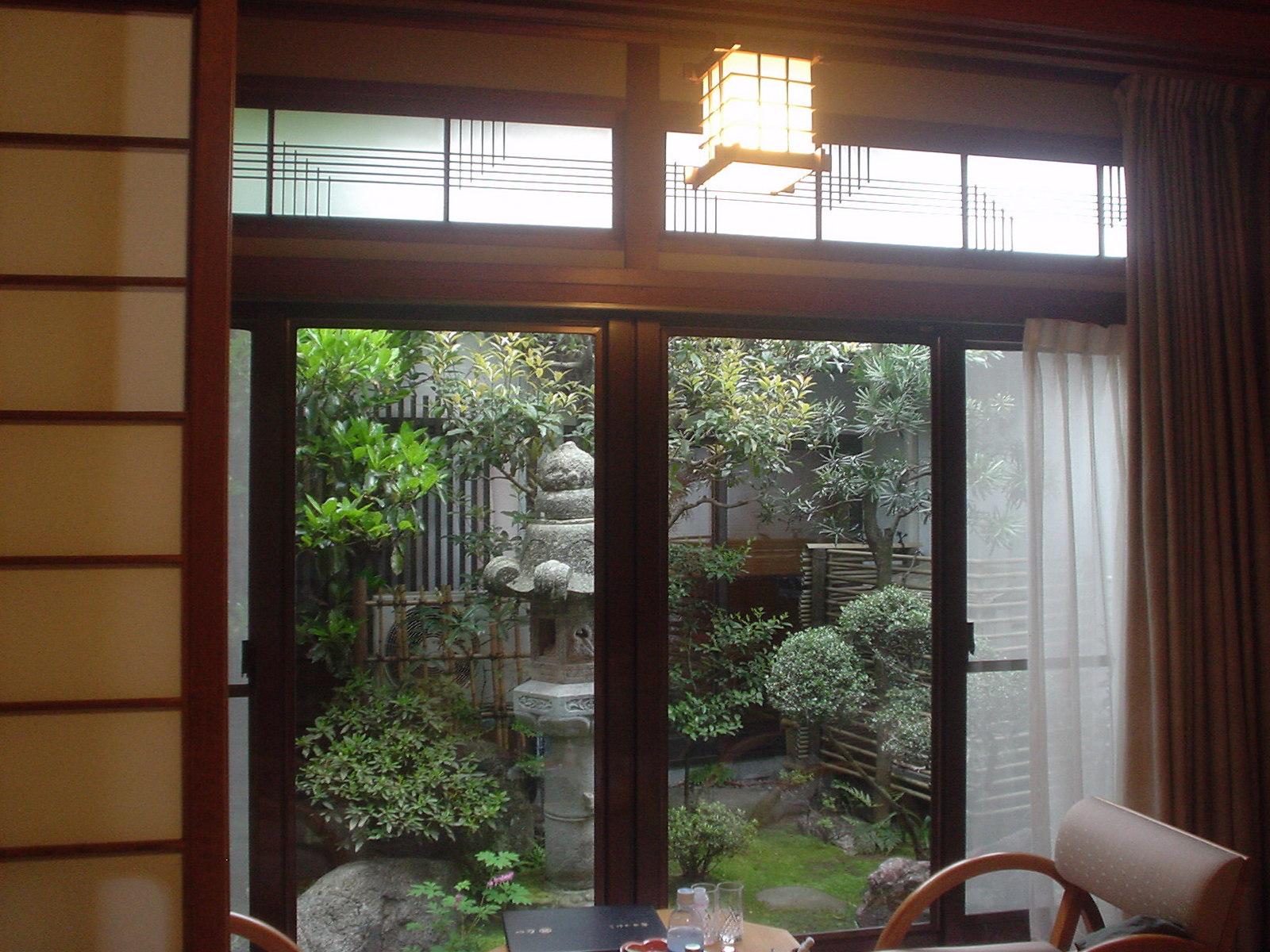 張り出し部屋から見える庭
