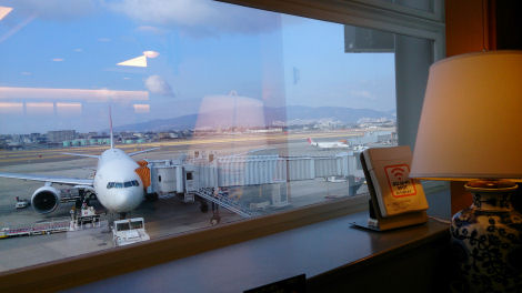 離着陸する飛行機を窓から眺めながらドリンクを飲んで搭乗時刻を待ちます